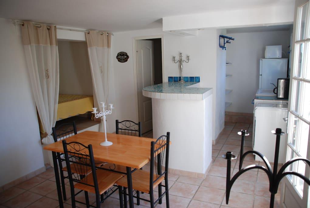 Espace salle à manger et coin cuisine