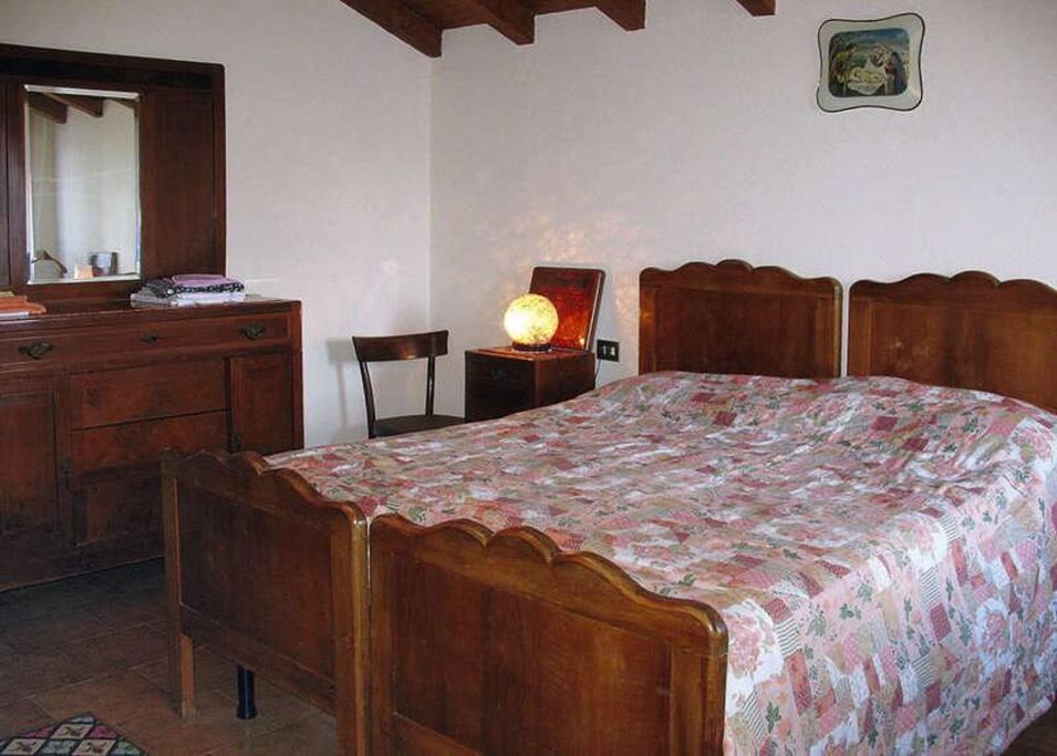 La stanza da letto con letto matrimoniale
