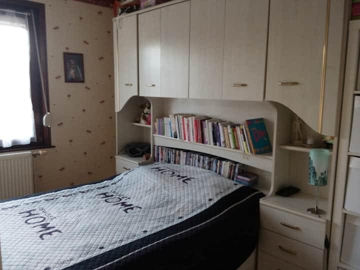 Chambre lit double avec TV