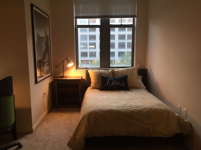 One-Bedroom Apartment in Upscale Complex - Arlington - Apartment