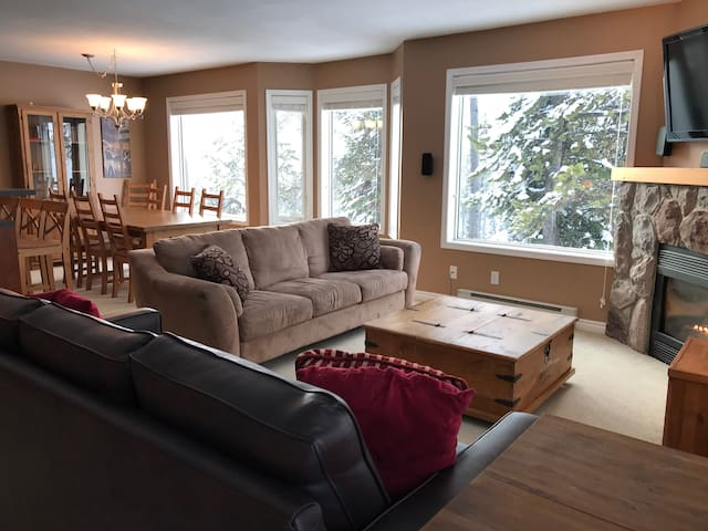 Stunning Views & Spacious Ski In/Out Condo for 12