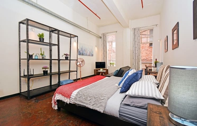 Spacious, Urban Loft with Netflix - Maboneng
