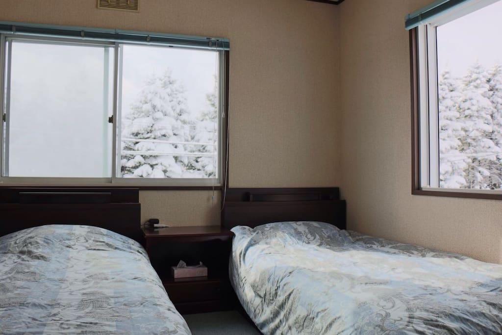 向阳的房间,暖暖的被窝、美美的雪景。
