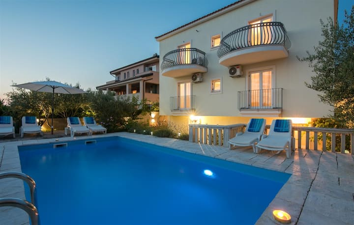 Villa Dada With Pool, Seaview & Playroom
