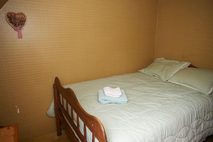 Charming Private Farmhouse Room - Marlborough - Bed & Breakfast