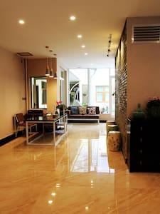 香格里拉古城中心温馨阳光庭院大床房 - Villa