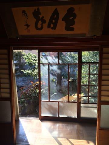 古民家を改装したカフェを併設しており、二組限定の安心して泊まれる宿 ルームB