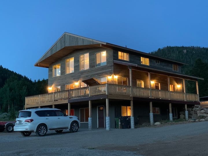 Yellowstone Escapes, Sleeps 15+, 12 miles from YNP