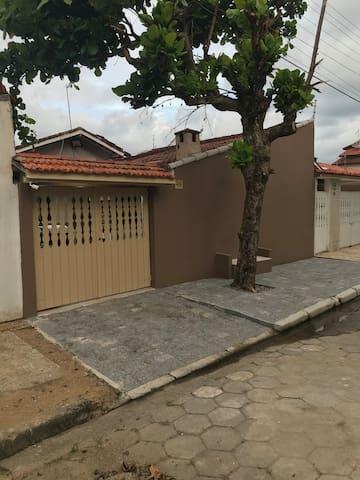 Casa c/ 3 quartos Itanhaém 50 metros da Praia!