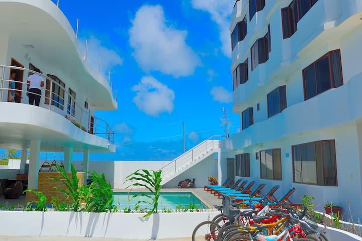 Habitación Cuádruple con balcón y Vista a Piscina