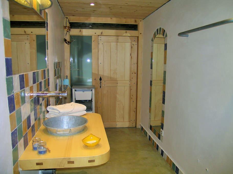 Salle de bain spacieuse privative, accès par escalier