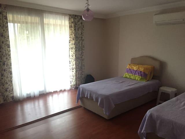 2 adet tek kişilik yataklı oda, klimalı