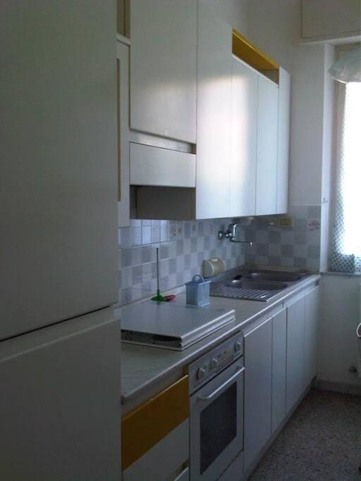 Cucina attrezzata con frigorifero, congelatore, cucina 4 fuochi e forno