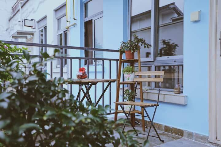 古镇里的蓝色花园洋房