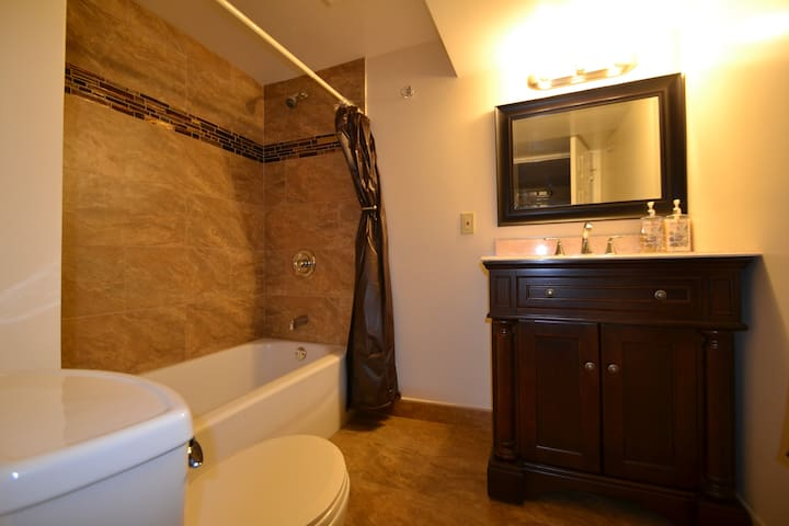Hillside Garden Suite - sleeps 1-11 - Pittsburgh - Apartamento