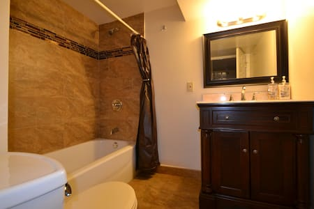Hillside Garden Suite - sleeps 1-11 - Pittsburgh - Lakás