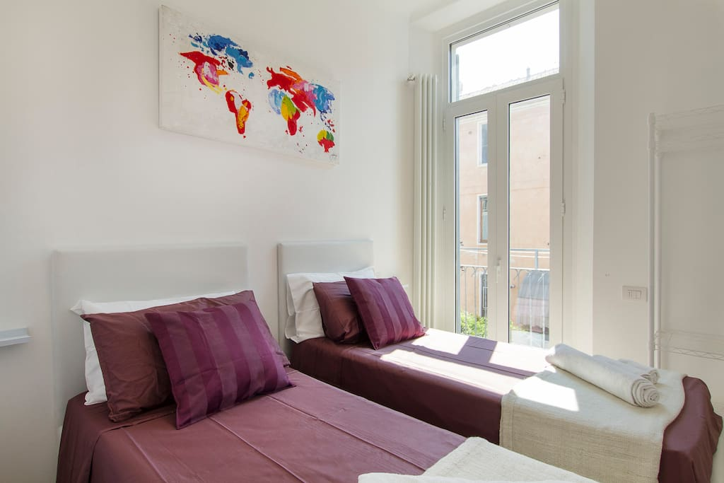 """Camera da letto B e balcone. Configurabile con 2 letti singoli o letto matrimoniale, a seconda delle vostre esigenze, + balcone.   [EN] Bedroom """"Around the World"""": 2 single beds or a king size bed, as more suitable to you +  balcony"""