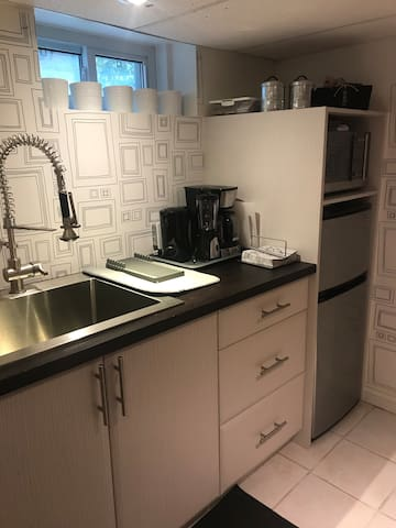 The sweet kitchenette is perfect for preparing breakfast, snacks, a simple meal or enjoying take-out. Amenities include: Fridge, freezer, microwave, hot plate (induction), coffee maker, French-press coffee maker, kettle, smoothie blender, dishes.