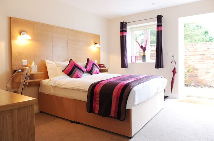 Modern renovated Stable Room - Canterbury - Bed & Breakfast