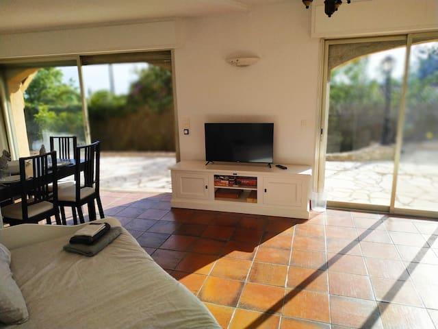 Le salon avec la TV, la coin repas sur la gauche et 2 grandes baies vitrées qui donnent sur la terrasse en font un appartement ouvert et très lumineux !