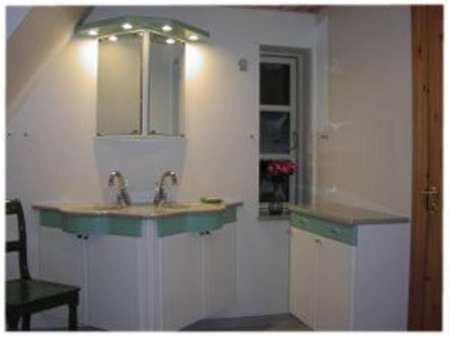 Stort badeværelse. 2    badeværelser med brusebad