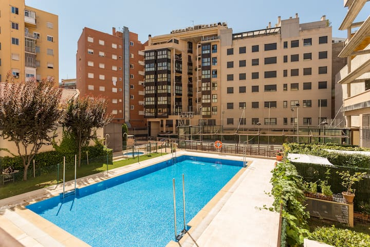 Duplex entero con parking y piscina en centro.