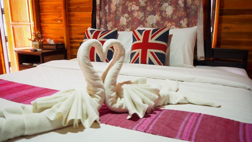 หลังที่1และ3 จะเป็นเตียงเดี่ยว ทุกห้องจะมี ชา กาแฟ แอร์ พัดลม ทีวี บริการ