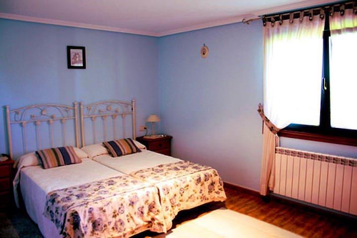 Dormitorio 2 camas en Casa Rústica