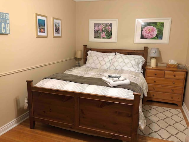 Room - Queen Bed, Minutes to Beach. Free parking.
