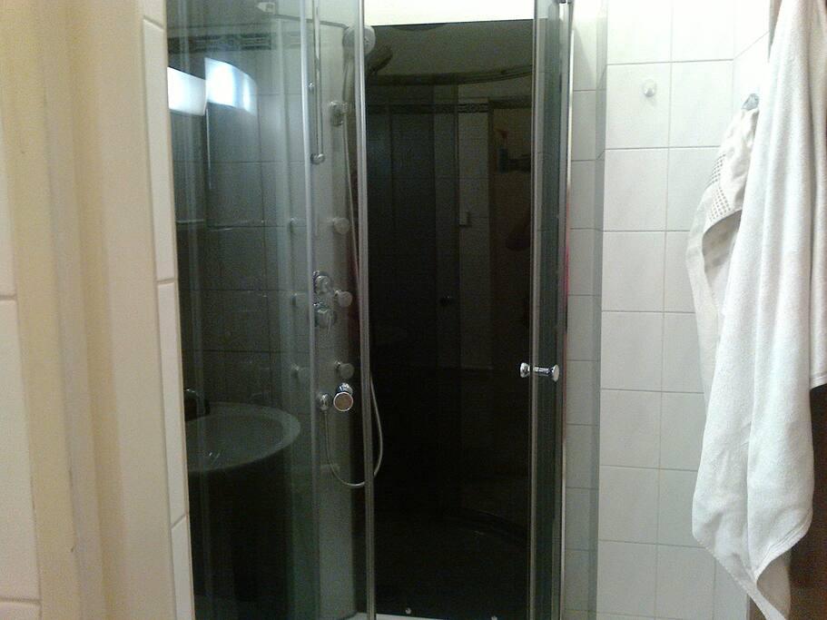 Kúpeľňa so sprchovým masážnym kútom  apartmán 3