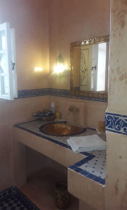 Salle d'eau avec douche en tadelakt et zelliges