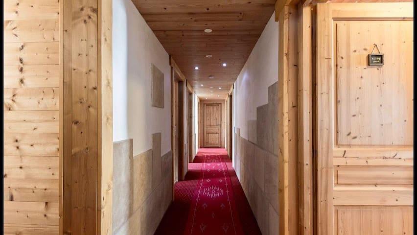 Le couloir qui mène aux 6 chambres