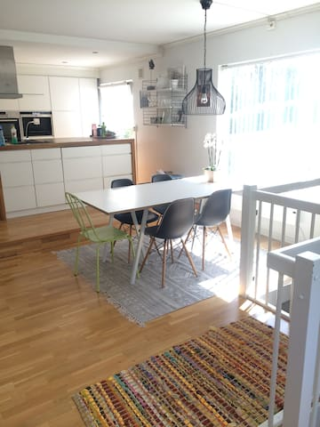 Livingroom table with five seatings. There is an additional bench available, if there is a need to seat more people.