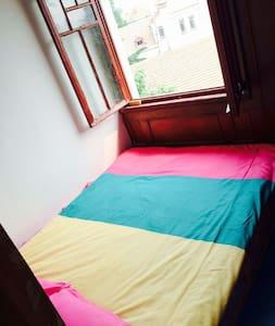 海景榻榻米,5个平方,适合单人入住双人也能凑合睡觉,房间略小但很温馨 - Qingdao