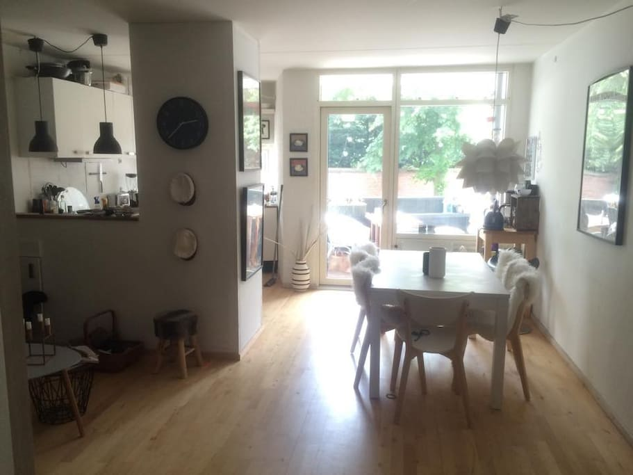 Rummelig stue, spisebord til 6 personer, køkken med opvasker, hyggelig altan.