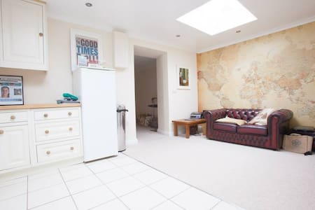 Large Bedroom with Superking Bed in Friendly House - Camborne