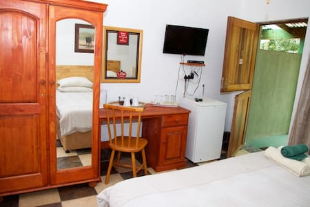 Rooster Apartment 1 R300pppn - Bed & Breakfast