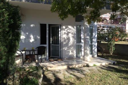 Квартира с собственным садом - Сутоморе