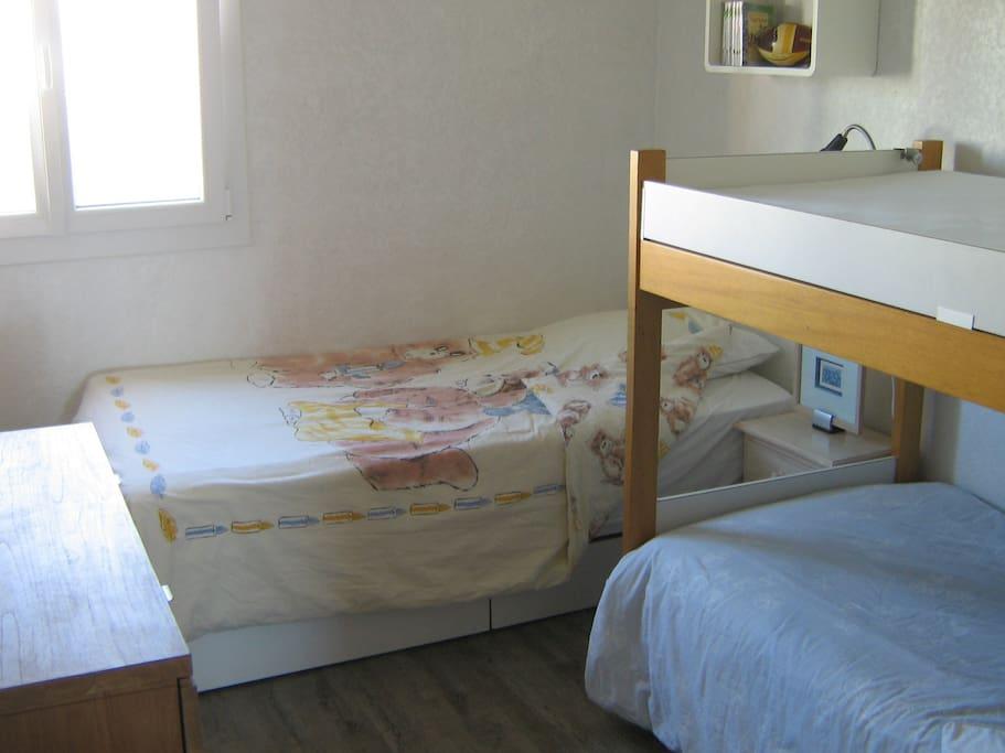 chambre avec 3 petits lits