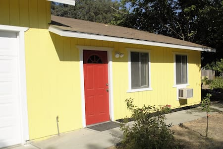Private Spacious Studio Sleeps 6 - Fresno