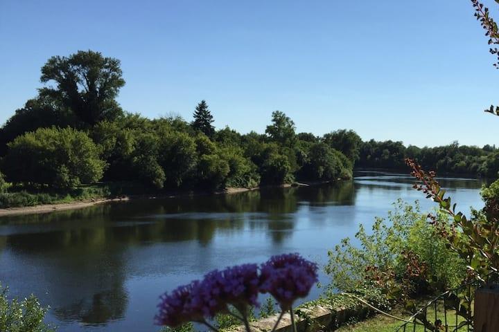 maison piscine privée/vue rivière