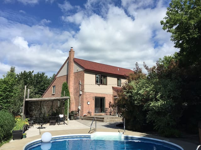 Huge WestIsland poolpatio 20min from dwtn montreal