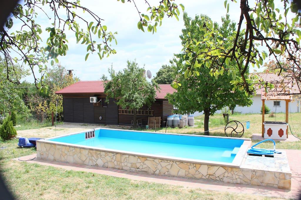 Rückseite mit Pool und Parkmöglichkeit