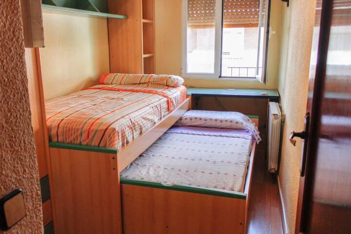Habitación Caja Mágica/ Sunny room 20 min from Sol