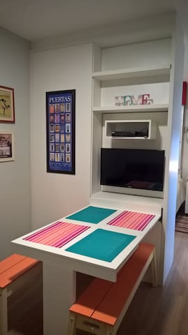 Sala com painel da TV móvel