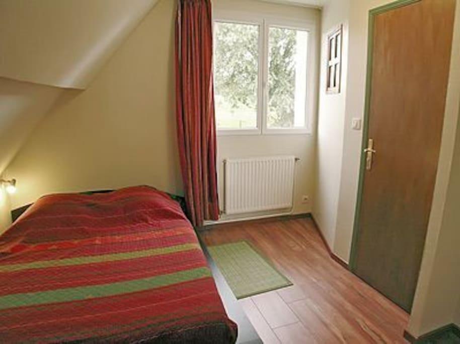 une chambre de 2 personnes et la douche