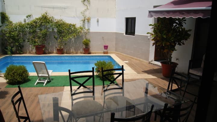 Pool, 4 rooms 35 Euros each & 5 min to beach