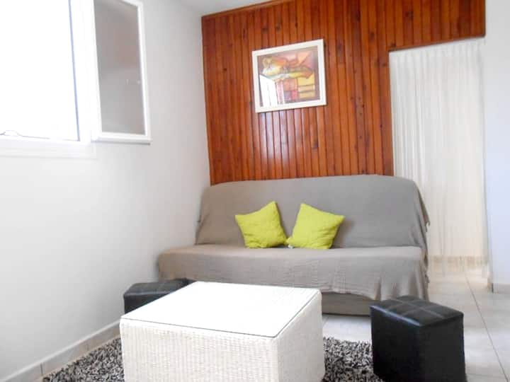 Apartment with one bedroom in Saint-Benoît, with wonderful city view, enclosed garden and WiFi