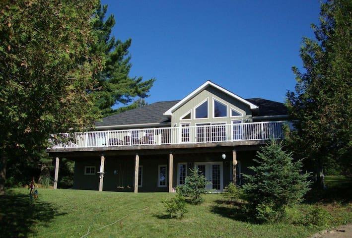 Halfmoon Paradise Lake Front Luxury Cottage