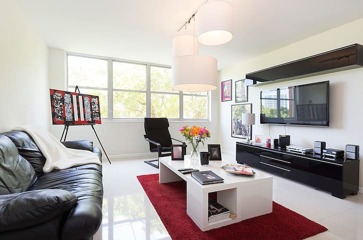 charming, modern room with parking - 邁阿密